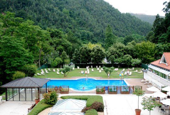 hotel con piscina y balneario