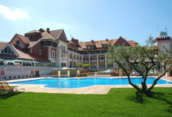 Piscina exterior del Gran Hotel Balneario Spa Puente Viesgo en Cantabria